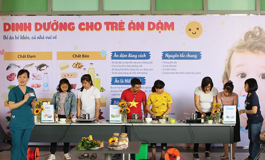Hình 2. Các vị phụ huynh tham gia thực hành nấu cháo cho bé
