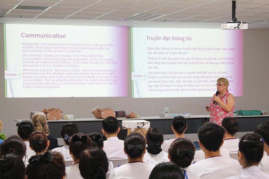 Hình 2. Chuyên gia Bệnh viện Nhi John Hunter (Australia) trình bày