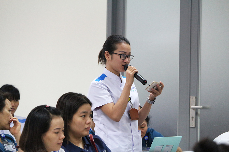 Hình 4. Sinh viên trường Đại học Quốc tế Miền Đông đặt câu hỏi