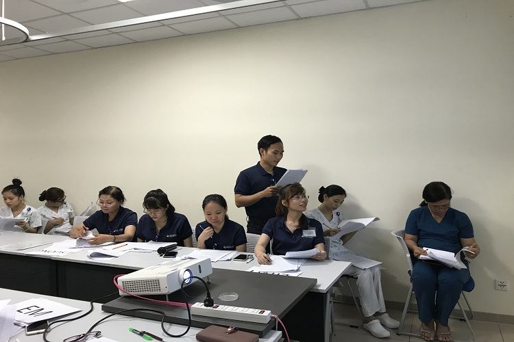 Học viên điều dưỡng thảo luận các lợi ích của thực hiện Bảng kế hoạch ra viện của người bệnh cao huyết áp theo TOCC (Transitions of Care Consensus Conference)