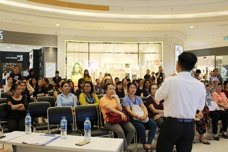 Hình 4. Khách tham dự chụp hình nội dung bài giảng