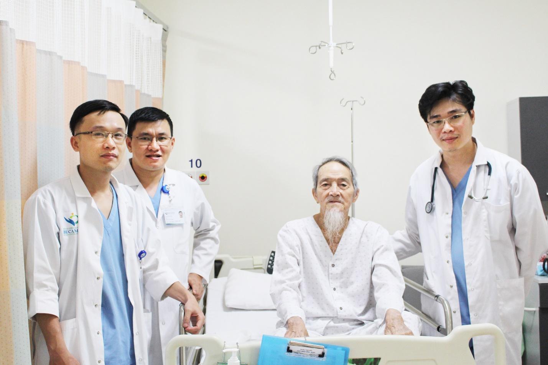 Hình 1. Ekip phẫu thuật cho cụ Nguyễn Văn Cầm