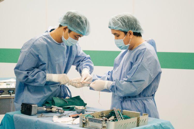 Các phẫu thuật viên đang xử lý gân cơ chân ngỗng được lấy ra