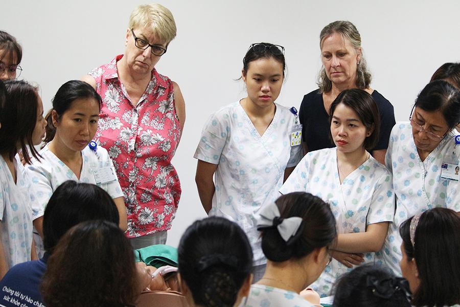 Hình 5. Chuyên gia đang hướng dẫn kỹ thuật Hồi sức sơ sinh