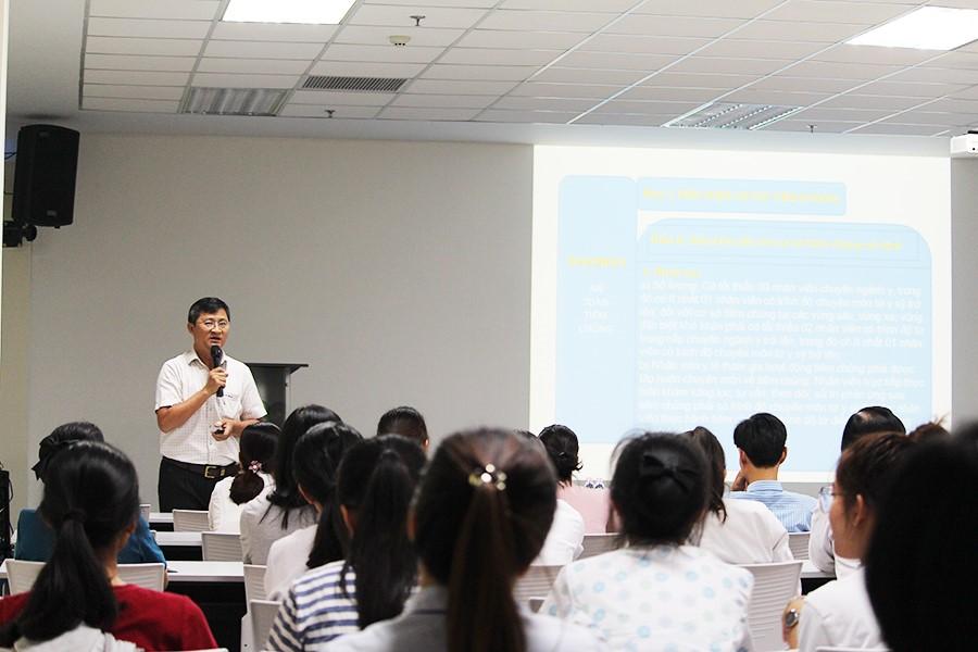 Hình 2. Giảng viên đang trình bày các qui định tổ chức tiêm chủng
