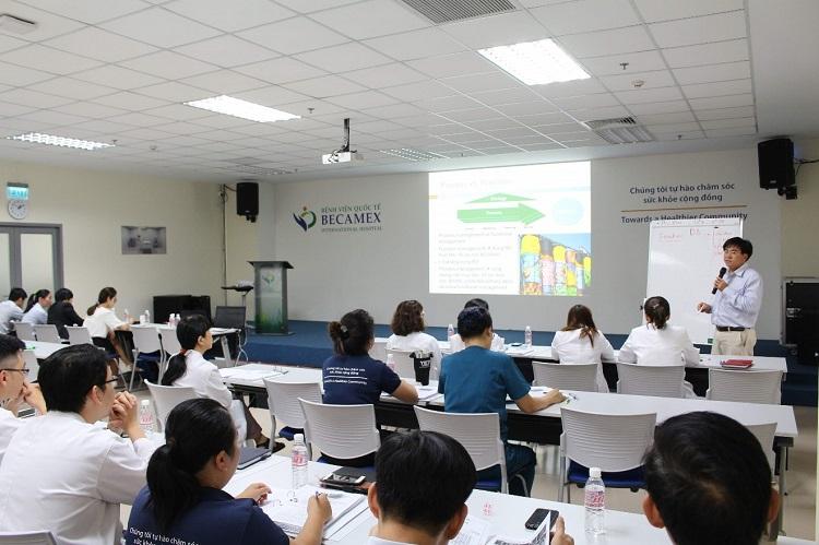 Hình 1. Giảng viên Huỳnh Bảo Tuân tập huấn Lean Six Sigma tại Bệnh viện Quốc tế Becamex