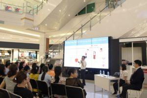 Hình 2. Bác sĩ Thái giới thiệu những thay đổi của phụ nữ tuổi trung niên
