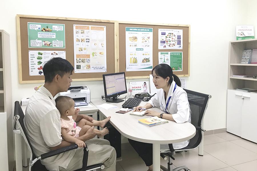 Hình 1. Bác sĩ trao đổi, tư vấn dinh dưỡng với phụ huynh của bé