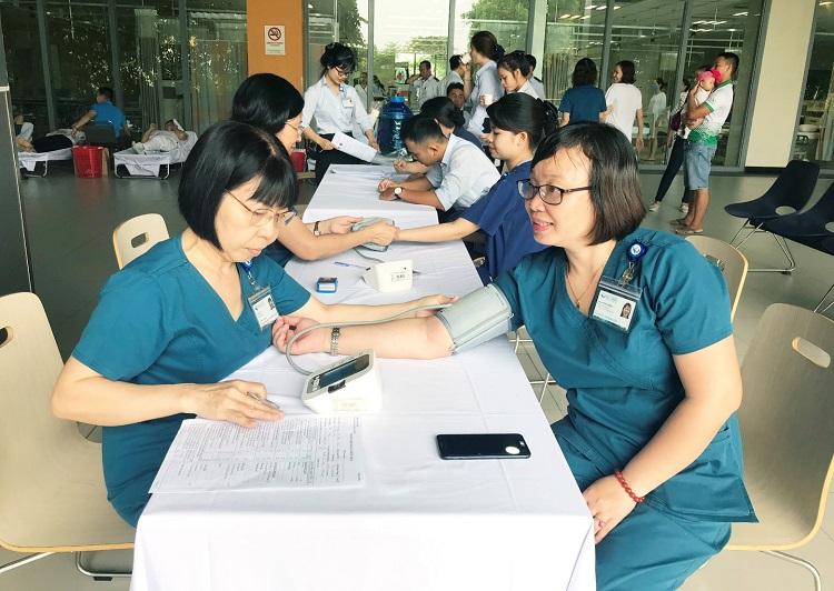 Hình 1. Người hiến máu được kiểm tra sức khỏe trước khi hiến