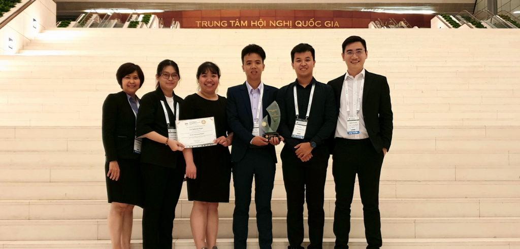Hình 1. Nhóm tác giả dự án nhận giải thưởng tại Hội nghị HMA 2019