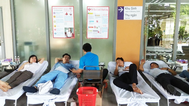 Hình 2. Tiến hành lấy máu của tình nguyện viên đủ điều kiện sức khỏe