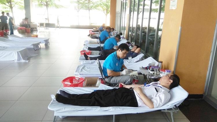 Hình 3. Ban giám đốc và nhân viên bệnh viện cùng tham gia hiến máu