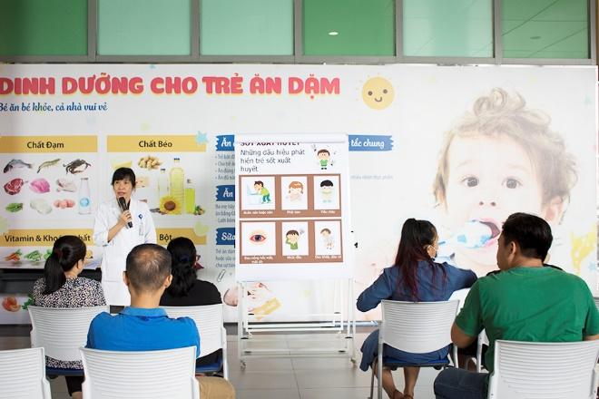 Hình 3. Bác sĩ Trần Nguyễn Thị Anh Đào đang trình bày về bệnh sốt xuất huyết