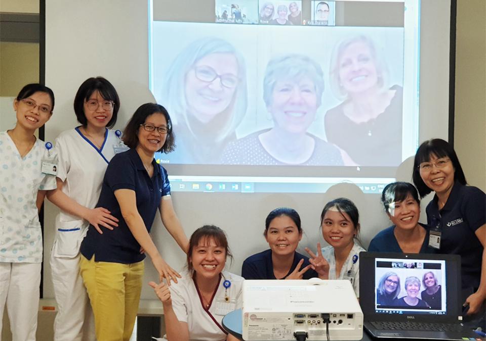 Hình 4. Chụp ảnh lưu niệm với giảng viên