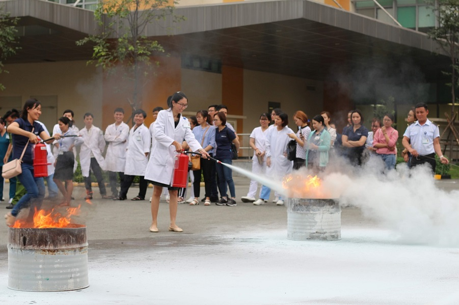 Hình 3. Chữa cháy bằng bột