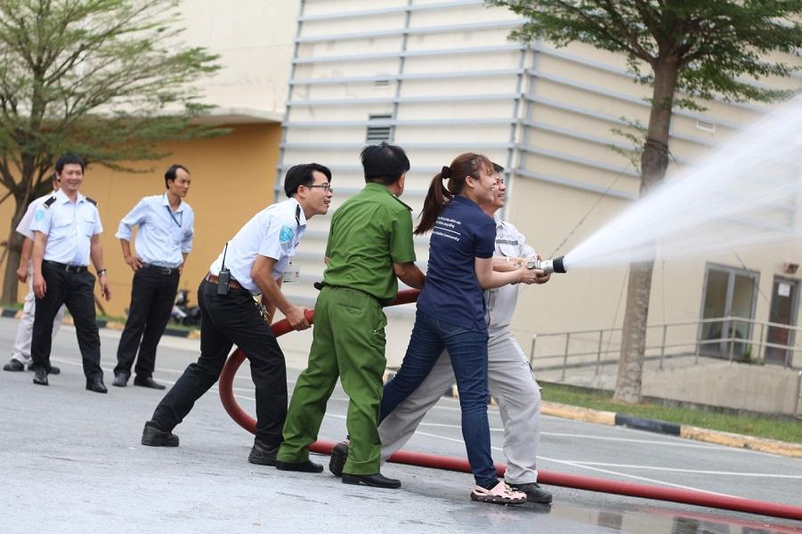 Hình 5. Chữa cháy bằng vòi nước