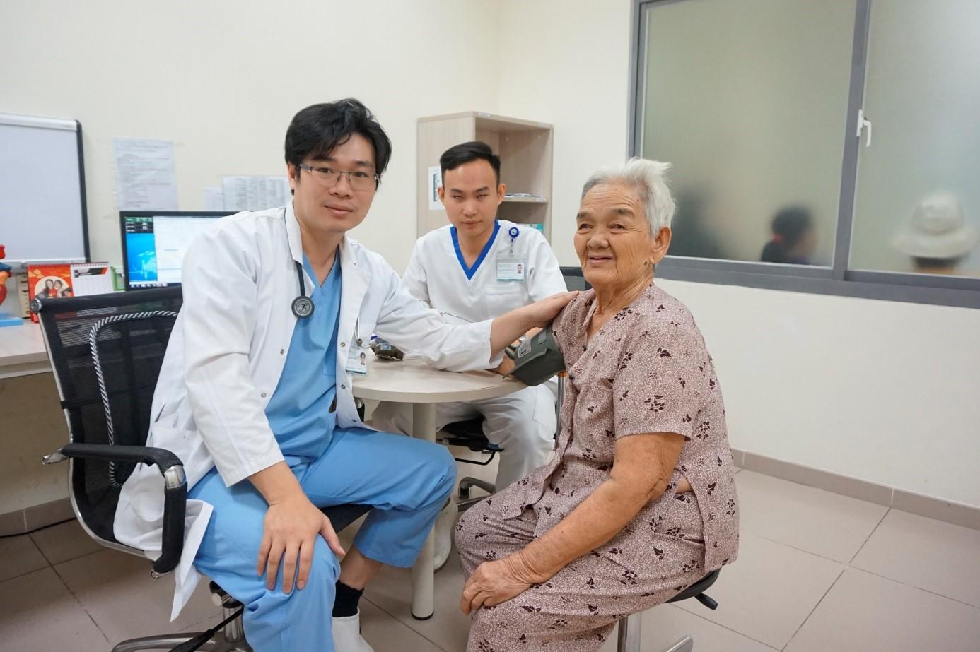 Hình 1. Cụ Khỏe tái khám tại phòng khám tim mạch Bệnh viện Quốc tế Becamex